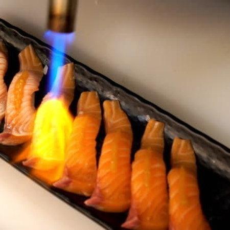flaming sushi  zalm nigiri